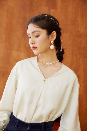 v-neck one tuck blouse (ivory)